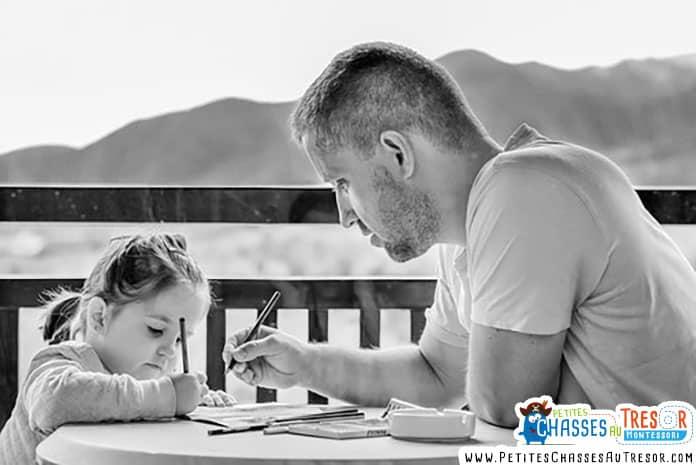 Un père montre à sa fille comment dessiner