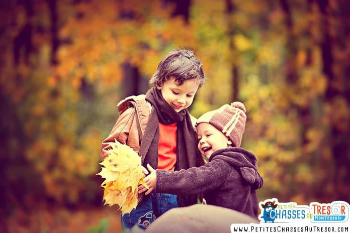 des enfants jouent avec les feuilles en automne