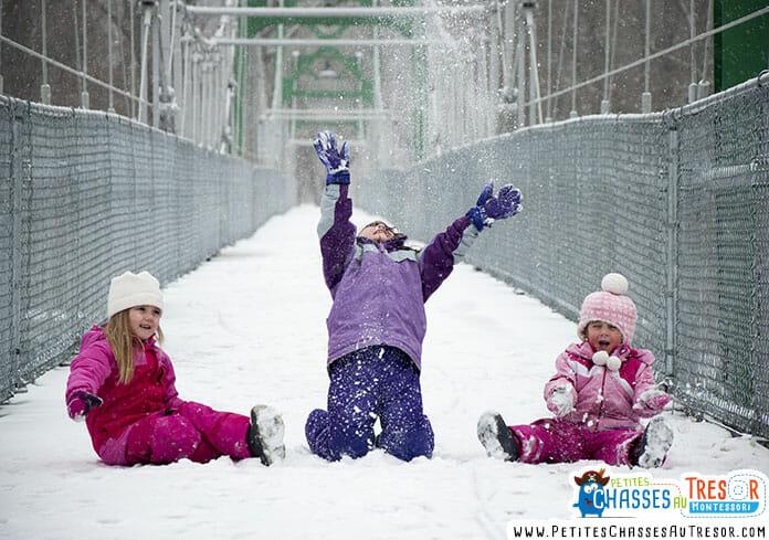 enfants qui jouent dans la neige en hiver