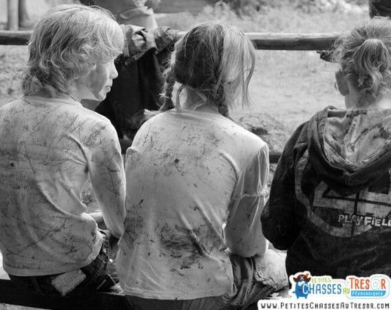 Enfants se salir dans la nature