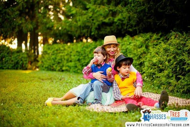 Sortie dans la nature entre mère et fils