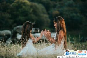 Des filles jouent dans la nature