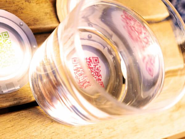 Un indice caché sous un verre d'eau